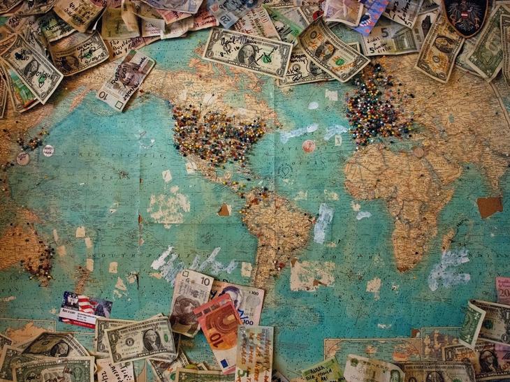 un contour de carte en pièces de monnaie
